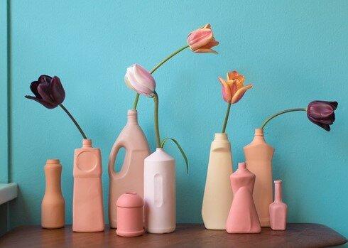 """<h1>Foekje Fleur</h1>  <h2>A.67-a<br /> <a href=""""https://foekjefleur.com/"""">foekjefleur.com</a></h2>  <p>Na haar diploma gehaald te hebben in Design en Fine Arts, Foekje was vastberaden om objecten te ontwerpen die functioneel, maar ruimte over lieten voor meer. De speelse en kleurrijke designs zijn geïnspireerd bij serieuze onderwerpen en haar doel om het milieu te helpen.</p>  <p>&nbsp;</p>"""