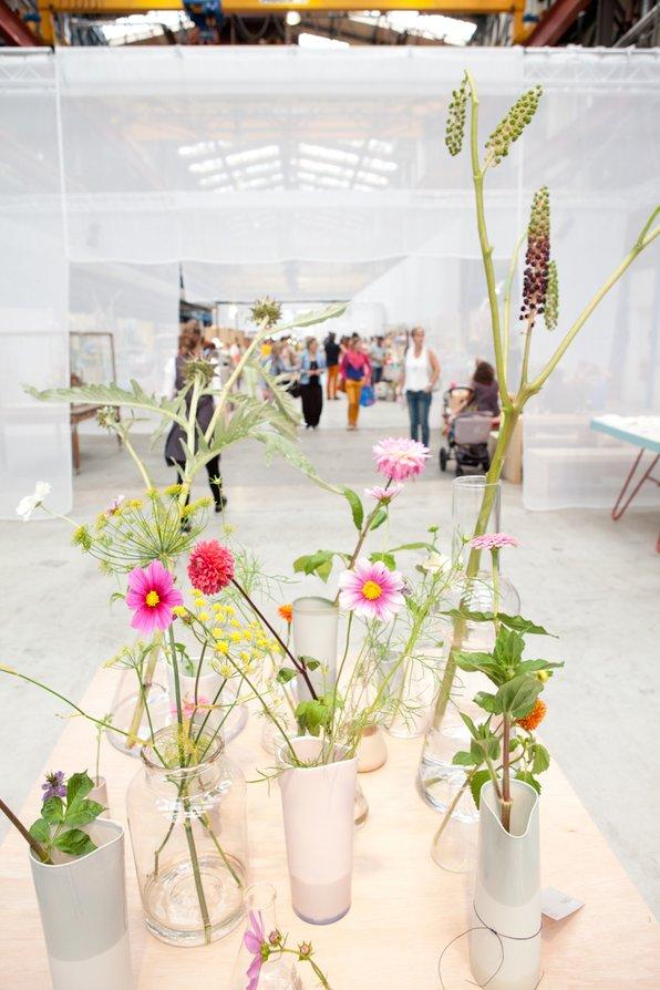 """<p>De bloem- en groenaankleding wordt al vanaf de eerste editie in 2013 verzorgt door Saskia de Valk van<a href=""""http://www.vlinderenvogel.com/"""" target=""""_blank"""">Vlinder & Vogel</a>. Elke editie weer weet inspireert ze ons én de bezoekers met haar creaties.</p>"""