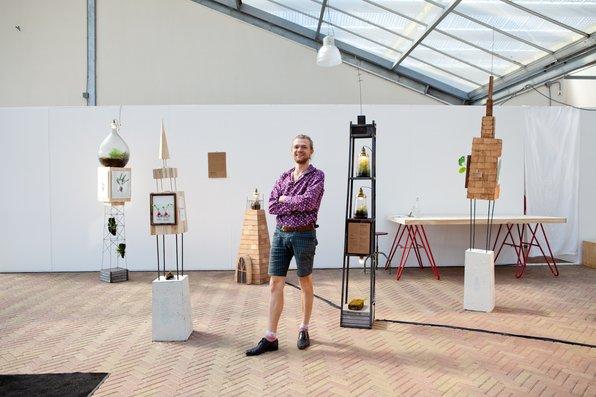 """<p>Jonael van der Sloot aka<a href=""""http://www.spruitje.nu"""" target=""""_blank"""">Spruitje</a>maakt miniterraria, miniscule plantenwerelden in lampen. In augustus 2015 creëerde hij op showUPeen expositie samen metJouke Bouhuis.</p>"""