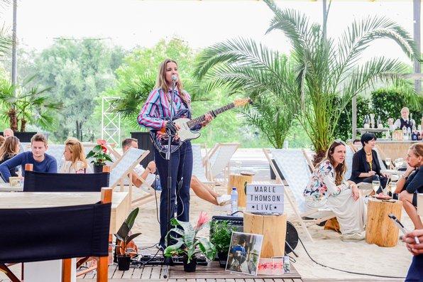 """<p>We love <a href=""""http://marle-thomson.com""""><strong>Marle Thomson</strong></a>. Tijdens showUP edities 8 en 9 gaf deze getalenteerde nederlandse singer songwriter een aantal mini shows op het terras bij de foodtrucks.</p>"""
